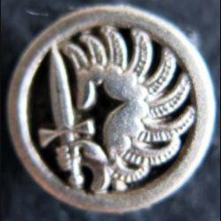 PARACHUTISTE : pin's représentant l'insigne de béret des parachutistes métropolitains réduction 16 mm