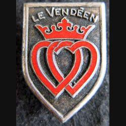 LE VENDEEN : insigne métallique de l'escorteur rapide Le Vendéen fabrication Arthus Bertrand Paris en émail