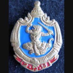 CAMBODGE : Insigne métallique moulage de l'école militaire armée royale Khmère fab locale peint