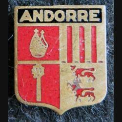 BLASON ANDORRE : insigne métallique ancien blason en émail de la Principauté d'Andorre 14 x 16 mm