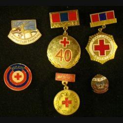 MONGOLIE : lot de 6 insignes de la croix rouge mongole en laiton peint ou en émail dont la taille varie de 2,9 cm à 5,5 cm