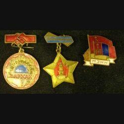 MONGOLIE : lot de 3 insignes mongols en laiton peint ou en métal émaillé de taille 2 à 3 cm
