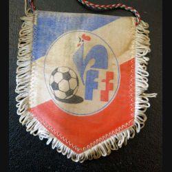 Fanion petit modèle de la Fédération Française de Football 1985 2 millions de joueurs couleurs défraichies