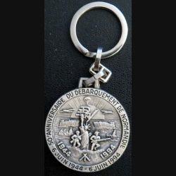 PORTE CLEFS : porte clefs du 50° anniversaire du débarquement de Normandie de diamètre 4,1 cm argenté