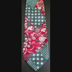 Cravate retro 100 % polyester NEW TAST à dominante verte et bordeaux (C176)