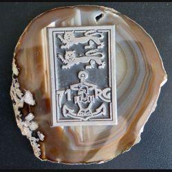 71° RG : insigne du 71° régiment du génie en métal collé sur pierre polie