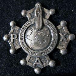 INSIGNE RELIGIEUX : croix  du pelerinage militaire de Lourdes en métal embouti argenté