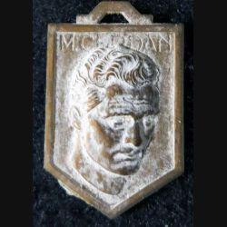BLASON M. CERDAN : blason en plastique imitation bronze vieilli de Marcel Cerdan 33 x 21 mm