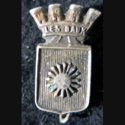 BLASON LES BAUX : insigne métallique ancien blason en métal argenté Les Baux de Provence 20 x 12 mm