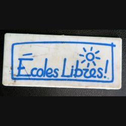 Badge plastique des Ecoles libres lors des manifestations de 1884 5,3 x 2,4 cm