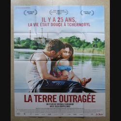 """AFFICHE FILM : affiche de cinéma du film """"La terre outragée"""" dimension 115 x 158 cm (E033)"""