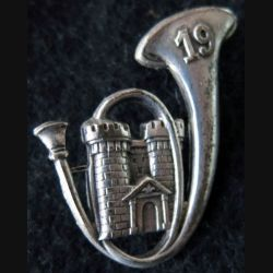 19° BCP : insigne métallique du 19° bataillon de chasseurs à pied de fabrication Drago Paris deux anneaux