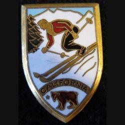 USA CALIFORNIA : insigne métallique  de ski alpin California de fabrication Arthus Bertrand émail