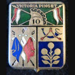 10° RD : insigne métallique du 10° régiment de dragons Victoria Pinget de fabrication Drago Béranger en émail casque plat