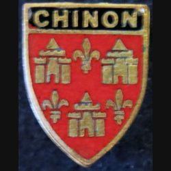BLASON CHINON : insigne métallique ancien blason en émail de la ville de Chinon 14 x 17 mm épingle
