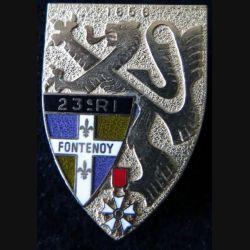 23° RI : Insigne métallique du 23° régiment d'infanterie de fabrication Delsart Sens G. 2080 dos grenu et doré