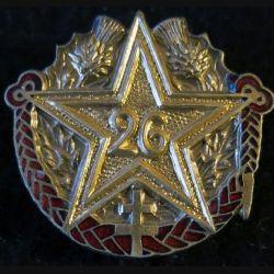 26° RI : insigne métallique du 26° régiment d''infanterie de fabrication Marchandot (NM) en émail