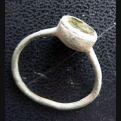 Bague en métal très très vieille et très usagée (1)