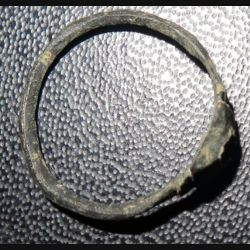 Bague en métal très très vieille et très usagée (4)