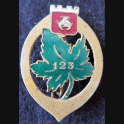 123° RI : Insigne métallique du 123° régiment d'infanterie sans nom du fabricant dos lisse en émail
