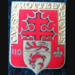 110° RI : 110° régiment d'infanterie de fabrication Drago Paris H. 114 en émail fond rouge