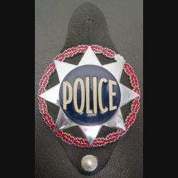 PLAQUE DE POLICE 77 mm SUR CUIR (N° 019566 effacé) avec défaut d'émail