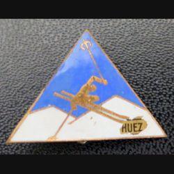 SKI : insigne de la station Alpes d'Huez de fabrication Augis en émail
