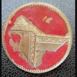 Bouton d'uniforme avec cocotte en papier sur fond rouge (BR 11 ?)