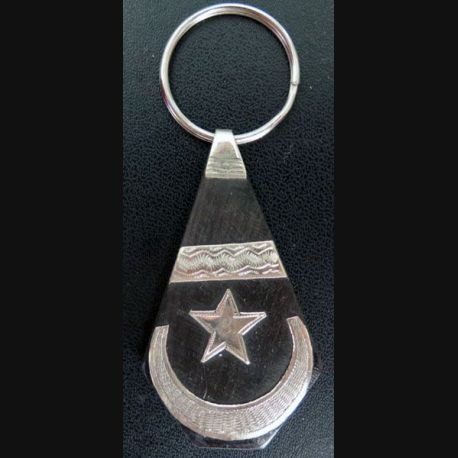 Porte clef mauritanien en métal argenté de hauteur 9,5 cm