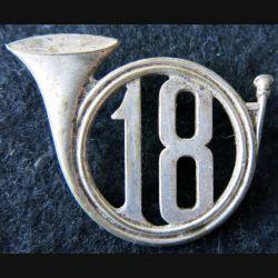 18° RCH : insigne métallique de béret du 18° régiment de chasseurs dos lisse embouti