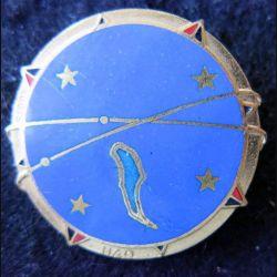 BA 185 : insigne métallique de la base aérienne 185 de Hao de fabrication Augis Lyon dos lisse doré en émail