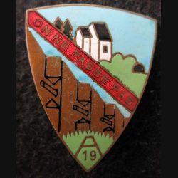 153° RAP : insigne métallique du 153° régiment artillerie de position équipage A 19 en émail